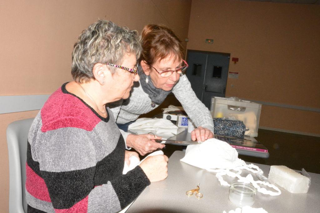 L'apprentissage du tuyautage et du paillage Atelier Coiffes au Thou